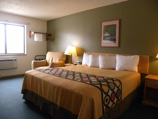 Super 8 Livingston : King Room with New Bedding
