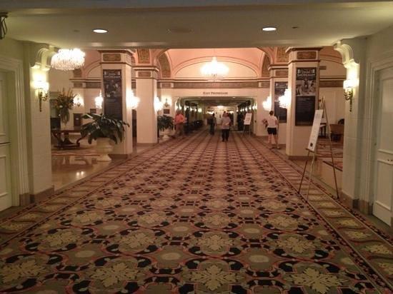 Omni Shoreham Hotel: corridor in lobby