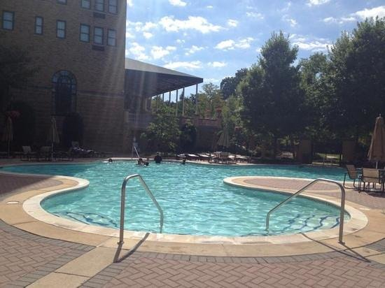 Omni Shoreham Hotel: pool area