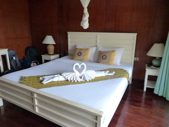Koh Ngai Thanya Beach Resort: Our room with mosquito netting