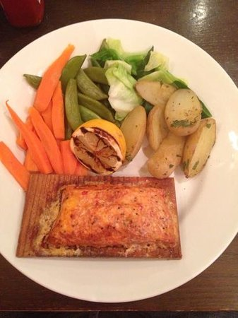 Henry's Cafe Bar: Salmon on a plank with boiled vegetables, very dry
