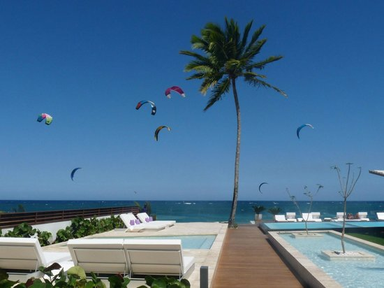 Ultravioleta Boutique Residences : Kites are part of the skyline as seen from pools and deck.