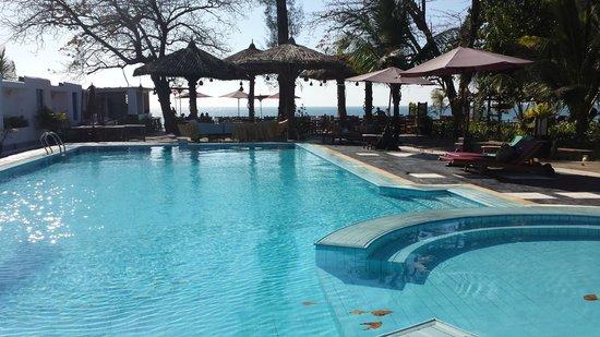 Thande Beach Hotel: Pool mit Restaurant angrenzend