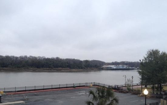 Olde Harbour Inn - River Street Suites: Pretty river view from breakfast room