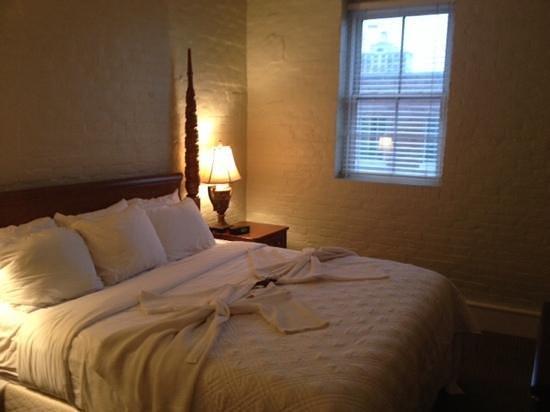 Olde Harbour Inn - River Street Suites: Lovely bedroom