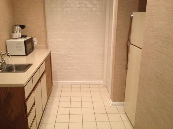 Olde Harbour Inn - River Street Suites: Clean but dated kitchen