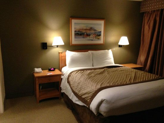 Hawthorn Suites by Wyndham Kent/Sea-Tac Airport: bed had reading lights and dresser on BOTH sides