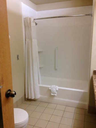Hawthorn Suites by Wyndham Kent/Sea-Tac Airport: nice tall showerhead and easy to access tub-rounded curtain
