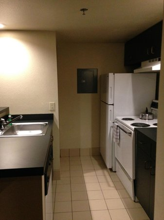 Hawthorn Suites by Wyndham Kent/Sea-Tac Airport: functional kitchen with counterspace