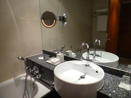 Sofitel London Heathrow: Короткий душ без штанги