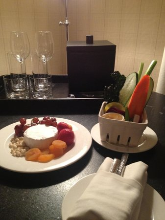 Hotel Jerome, An Auberge Resort : Complimentary snacks sent to us by management on our last night.
