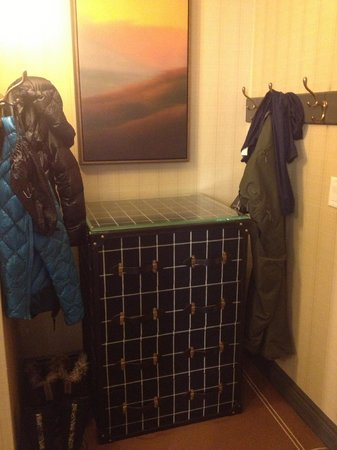 Hotel Jerome, An Auberge Resort: Appreciate the entry area for winter coats and boots.