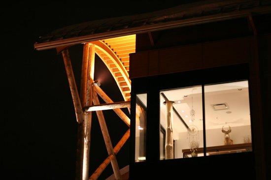 Hôtel-Musée Premières Nations : Architecture, de nuit