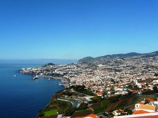 Ocean Gardens: Vue sur Funchal depuis le bar