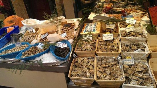 Villa Montparnasse : fish monger at the near market