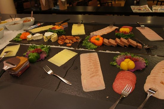 Comfort Hotel Trondheim : Meat and Cheese selection