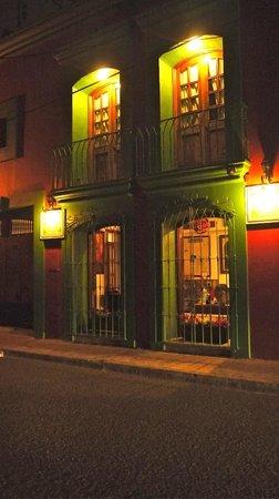 Casa de la Tia Tere : Fachada nocturna calle Murguia