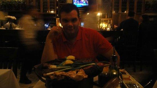 Baires Grill Argentinean Resto: Interior del local y primer plano de la comida... de fondo la barra