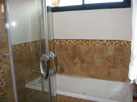 Baño Con Ducha Escocesa:baño con ducha escocesa, un poco incómodo para mí – Picture of
