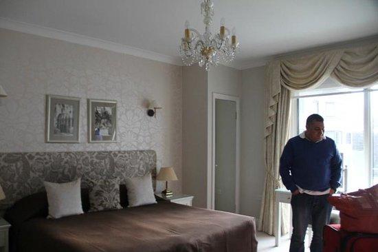 Arlington House : Quarto muito confortável, com armários grandes, cômoda e penteadeira...alérm da sacada e tv tela