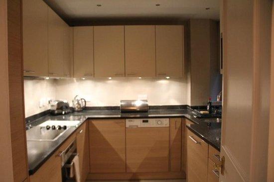 Arlington House : Coz com forno, cooktop, microondas, geladeira, freezer, máq de lavar louças e roupas, elegante.