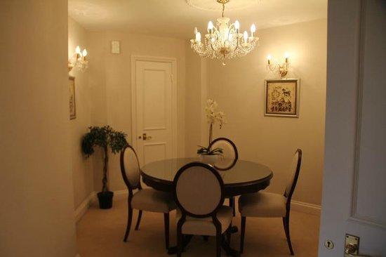 Arlington House : sala de jantar com buffet, taças e louças impecáveis