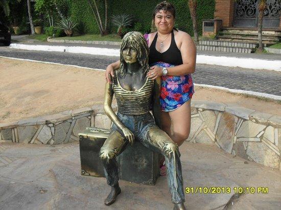 Brigitte Bardot Statue : yo y mi otra amiga