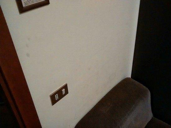 Hotel Europa Palermo: Impronte su pareti stanza