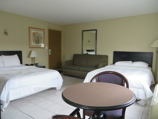 iSleep Inn : Two Double Bed Suite with Sofa Bed