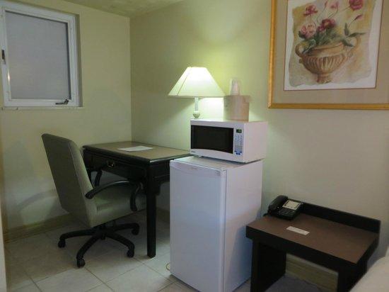 iSleep Inn : Fridge/Microwave & Desk