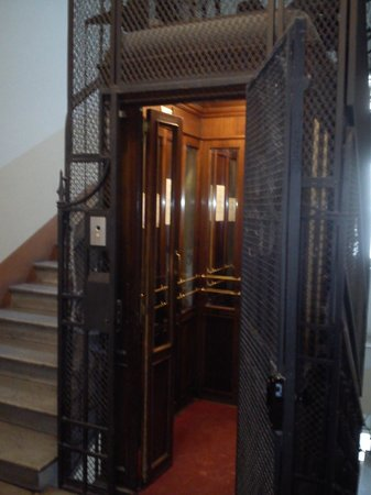 Alangia' Inn: Antique lift, perfect silent working order