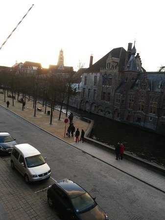 Hotel De Tuilerieen : VIew from room to canal and street