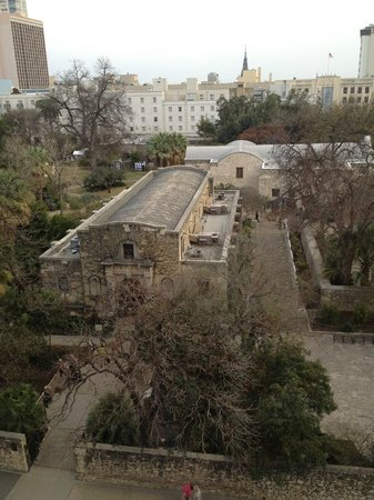The Emily Morgan Hotel - a DoubleTree by Hilton : Side View of The Alamo from 6th floor