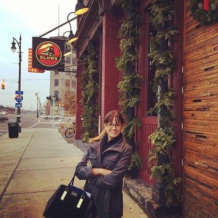 Slows Bar BQ : Esposa posando na frente do bar