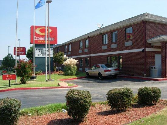 Econo Lodge Inn & Suites: Main Exterior Look