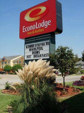 Econo Lodge Inn & Suites: Exterior Main Sign