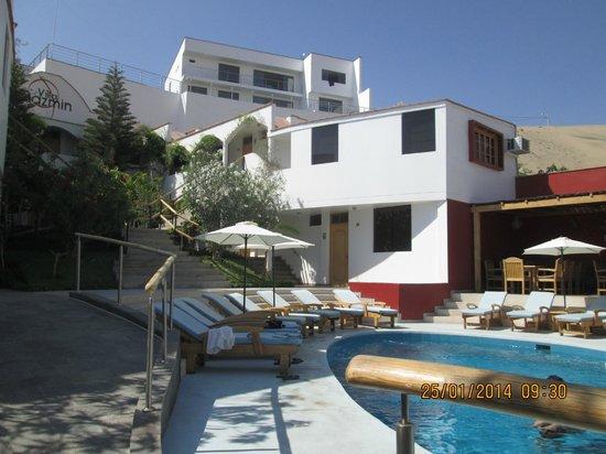 Hotel Villa Jazmin: la zona de habitaciones desde la piscina
