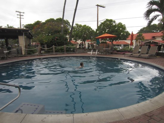 Uncle Billy's Kona Bay Hotel: The pool on a cloudy day