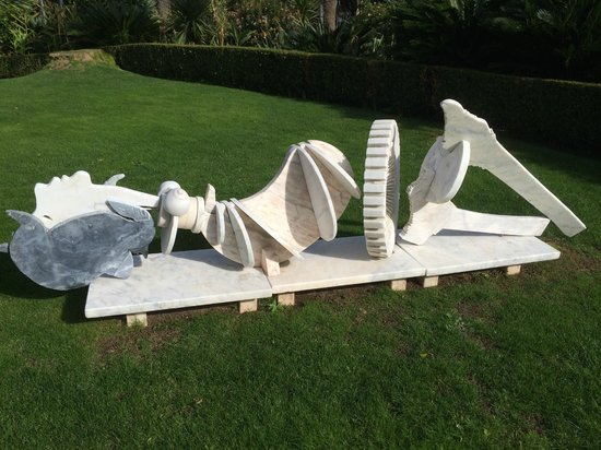 Pestana Palace Lisboa: Marble sculture in the garden