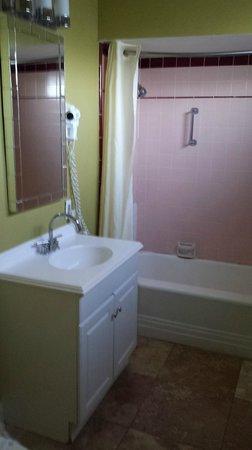 Canyon Club Hotel: Bathroom sink/vanity/tub