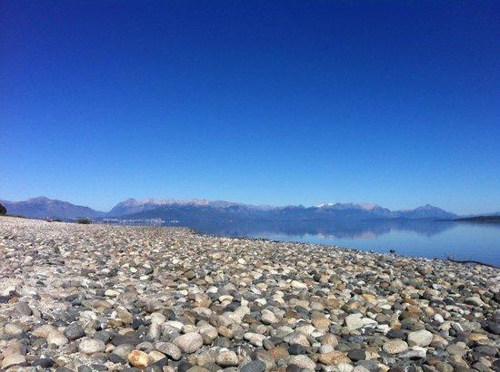 Raices Patagonicas : Lago Nahuel Huapi a 50 metros de las cabañas
