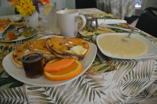 Bright Mornings Cafe: Blueberry pancakes and grits.