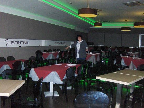 Justintime Art Club & Restaurant: Las mesas para una buena cena