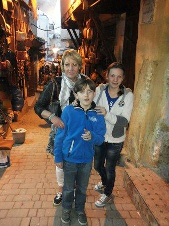 Riad Tayba ligt drie straatjes vanaf de oude winkel straatjes.  Geweldig.
