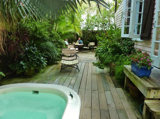 Key West Bed and Breakfast: Backyard grotto area, L shaped