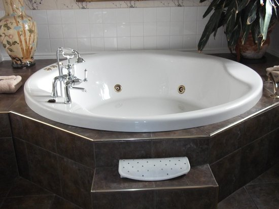 Orchard House Guest House: Jacuzzi Bath room 1