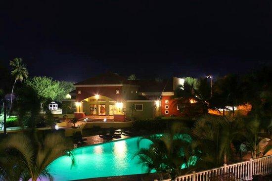Hotel Punta Maracayo: Nuestro Centro de Convenciones y piscina de noche