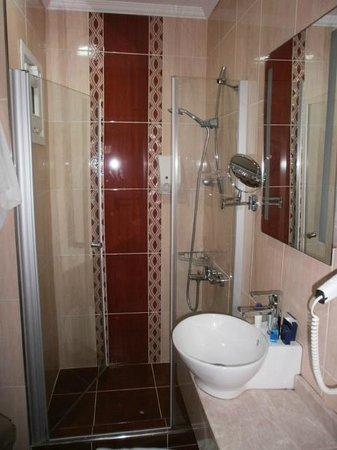 Raymond Blue Hotel: bagno piccolo ma rinnovato di recente e molto pulito ogni giorno