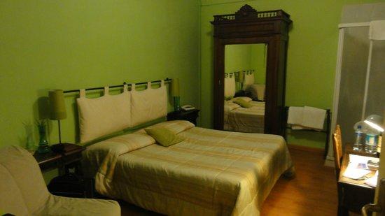 Loggia Fiorentina: Kamer 23, goed groot bed, kamer 17 m2