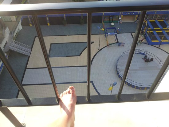 Hotel Zentral Center: I'm a UK size 11 Broad fit, Beware Balcony rails have Big gaps for children!